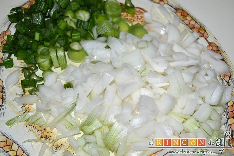 Tagliatelle al huevo con salteado de cebolleta, champiñones y espinacas gratinados, picar la cebolleta, incluyendo las partes verdes
