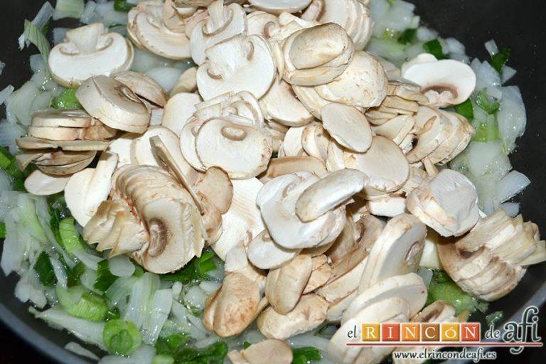Tagliatelle al huevo con salteado de cebolleta, champiñones y espinacas gratinados, cuando esté translúcida, añadir los champiñones