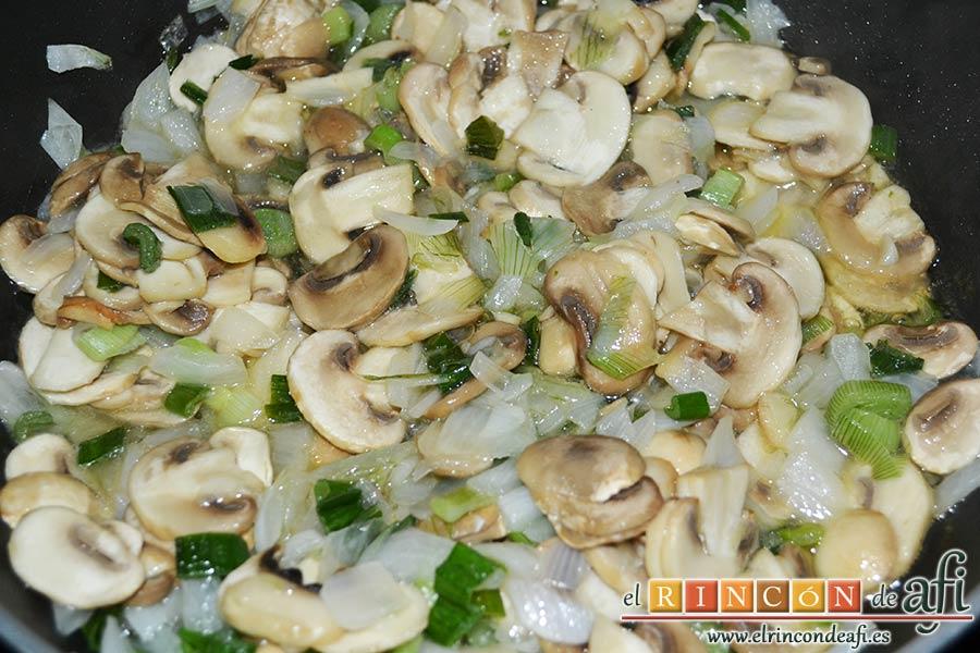 Tagliatelle al huevo con salteado de cebolleta, champiñones y espinacas gratinados, saltear