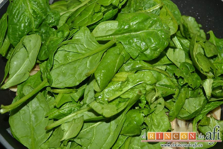 Tagliatelle al huevo con salteado de cebolleta, champiñones y espinacas gratinados, añadir las hojas de espinacas baby
