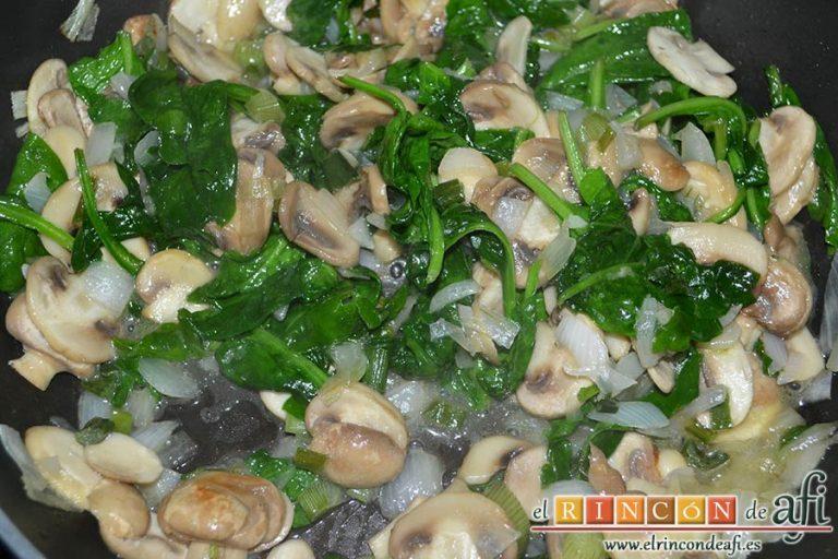 Tagliatelle al huevo con salteado de cebolleta, champiñones y espinacas gratinados, retirar la sartén del fuego cuando las espinacas se hayan integrado