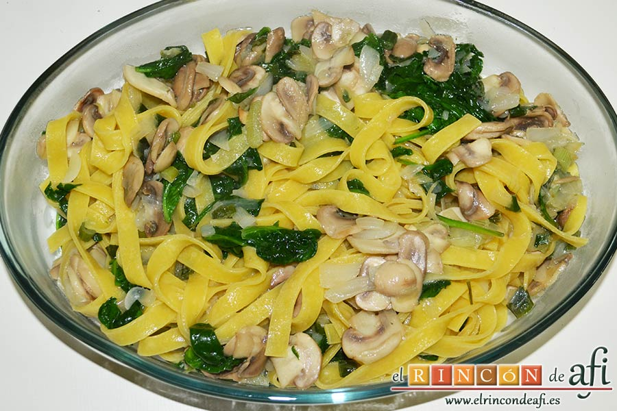 Tagliatelle al huevo con salteado de cebolleta, champiñones y espinacas gratinados, volcar la pasta con el sofrito sobre la fuente