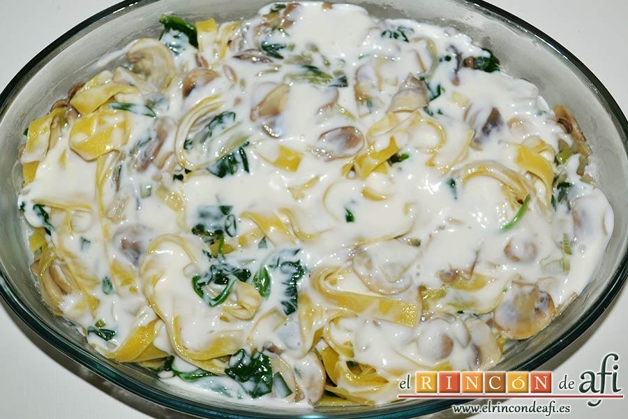 Tagliatelle al huevo con salteado de cebolleta, champiñones y espinacas gratinados, verter la bechamel por encima