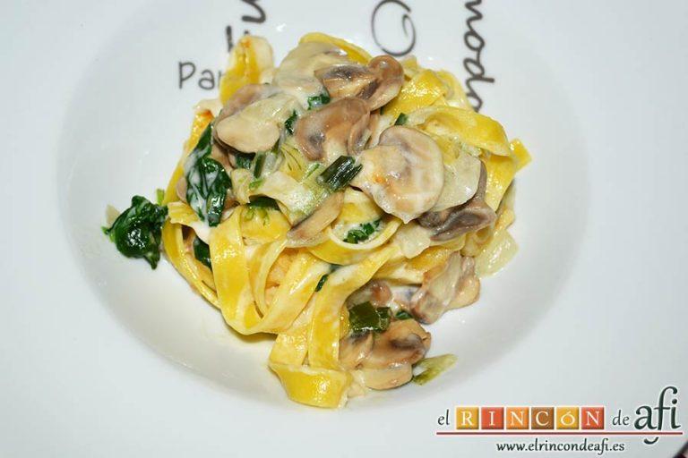 Tagliatelle al huevo con salteado de cebolleta, champiñones y espinacas gratinados, sugerencia de presentación