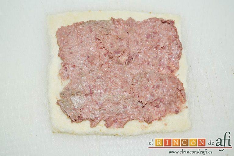 Enrolladitos de paté Mano de Hierro y pan de molde, extender sobre el pan una buena cantidad del paté