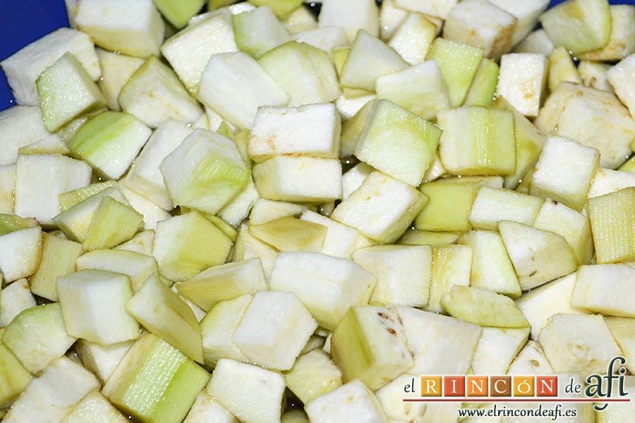 Garbanzos con berenjenas, pelar las berenjenas, cortar en cubitos y ponerlas a remojo en agua con sal