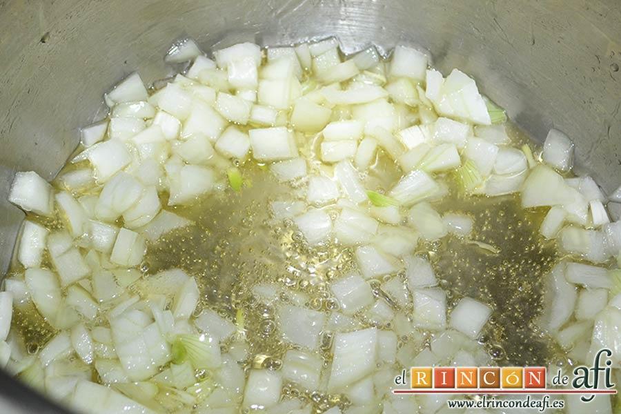 Garbanzos con berenjenas, echar en la misma olla aceite de oliva y pochar la cebolla
