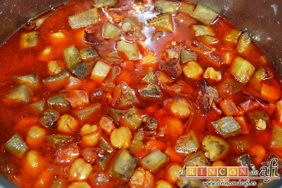 Garbanzos con berenjenas, dejar cocer unos minutos más, retirar del fuego y dejar reposar en la olla