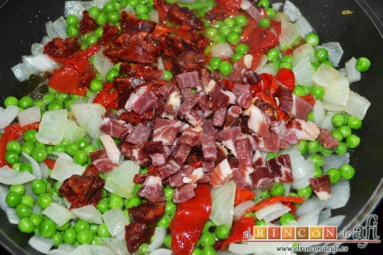 Huevos al plato, añadir el jamón serrano troceado