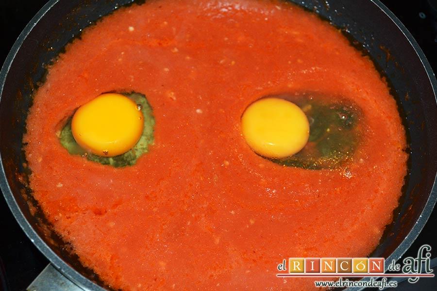 Huevos del purgatorio, cascar los huevos y echarlos en la salsa con ayuda de una taza