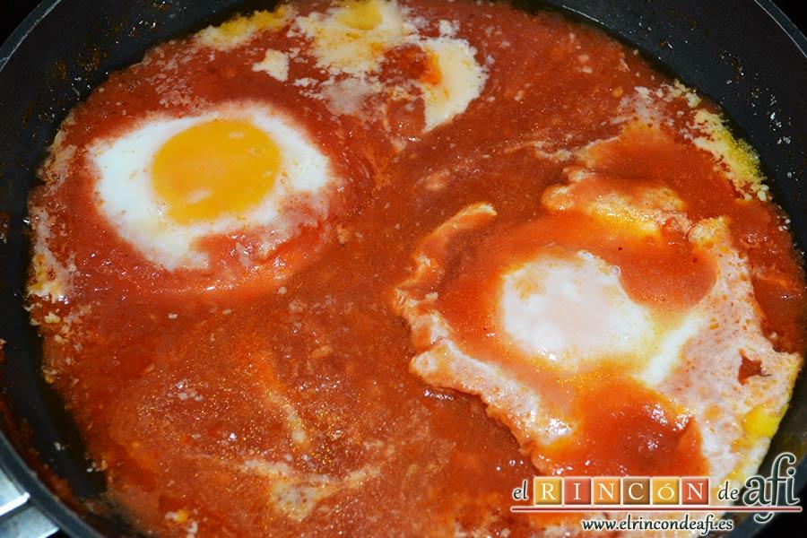 Huevos del purgatorio, tapar la sartén y dejar que se vayan cuajando los huevos