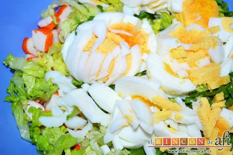 Pastel de marisco, añadir los huevos sancochados y picados