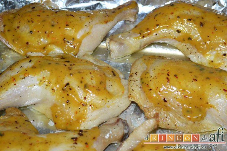 Pollo al horno con puré de batata o boniatos de Lorraine Pascale, untar los muslos con la mezcla