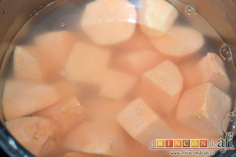Pollo al horno con puré de batata o boniatos de Lorraine Pascale, pelar y trocear la batata, y ponerla a hervir en agua con sal