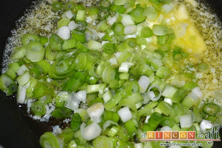 Pollo al horno con puré de batata o boniatos de Lorraine Pascale, cortar los ajetes en trocitos, derretir la mantequilla y saltear los ajetes