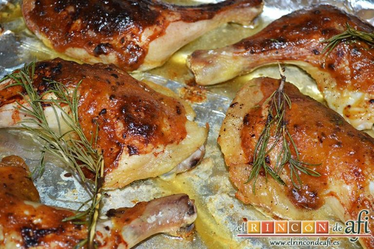 Pollo al horno con puré de batata o boniatos de Lorraine Pascale, sacar los muslos del horno y servir