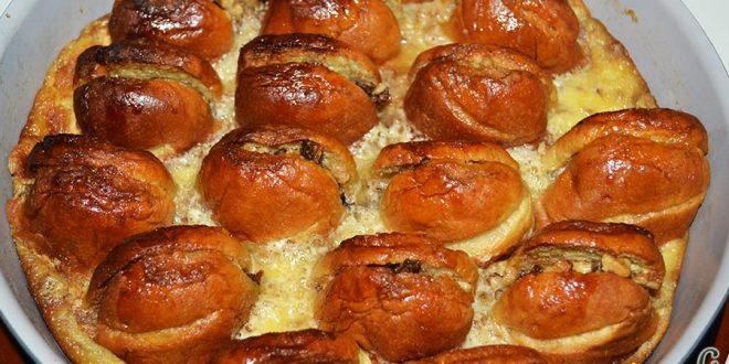 Pudin con dátiles, pan de leche, canela, nueces y mantequilla