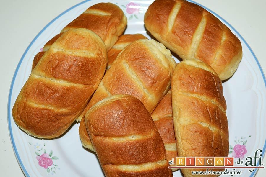 Pudin con dátiles, pan de leche, canela, nueces y mantequilla, preparar los panes de leche
