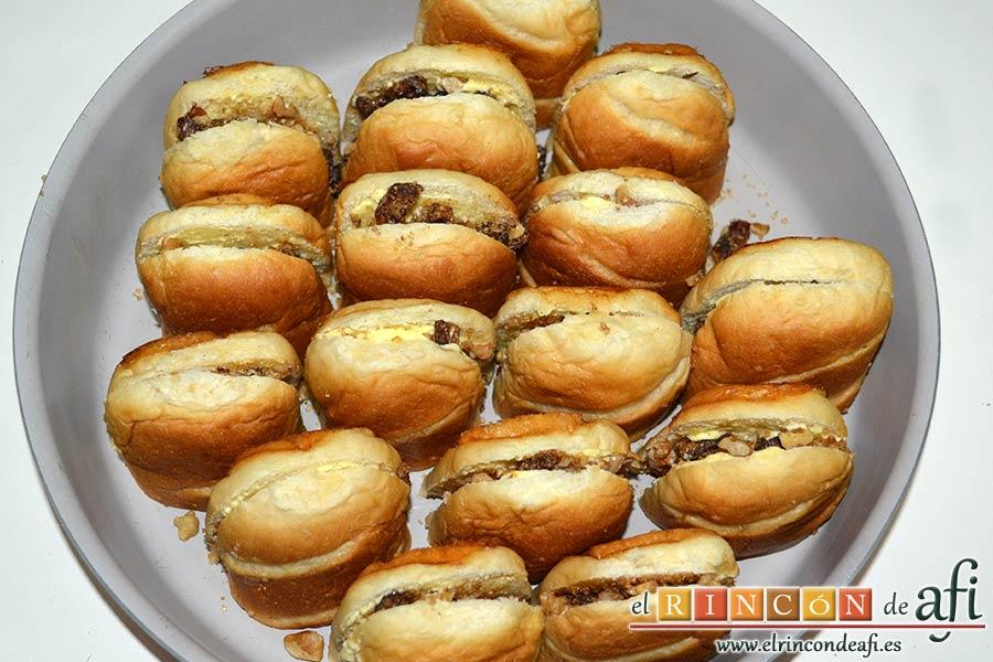 Pudin con dátiles, pan de leche, canela, nueces y mantequilla, cerrar los panes, cortarlos a la mitad y disponerlos en un molde para horno