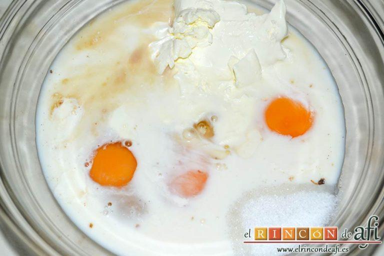 Pudin con dátiles, pan de leche, canela, nueces y mantequilla, en un bol grande ponemos la leche, la nata, los huevos, el extracto de vainilla y el azúcar blanquilla