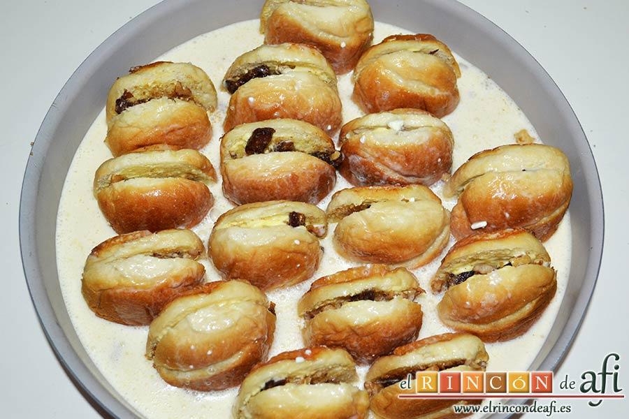 Pudin con dátiles, pan de leche, canela, nueces y mantequilla, verter la mezcla sobre los panes y entre ellos