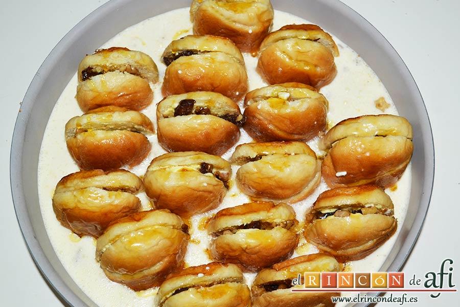 Pudin con dátiles, pan de leche, canela, nueces y mantequilla, verter la miel con sirope de arce sobre los panes