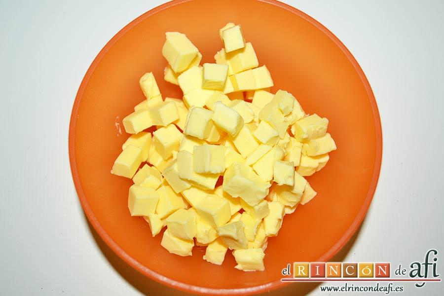 Scones escoceses, coger la mantequilla bien fría y cortarla en cubitos
