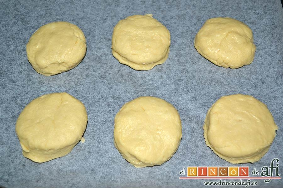 Scones escoceses, cortar la masa en círculos de unos 6 cm de diámetro y colocarlos en una bandeja para horno forrada de papel de hornear