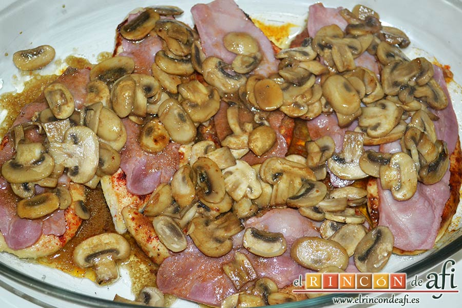 Pechugas de pollo a la mostaza y miel gratinadas con bacon, champiñones y queso, colocar los champiñones por encima
