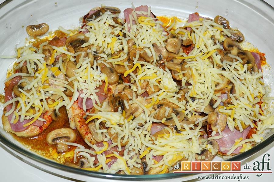 Pechugas de pollo a la mostaza y miel gratinadas con bacon, champiñones y queso, espolvorear con la mezcla de 4 quesos y hornear