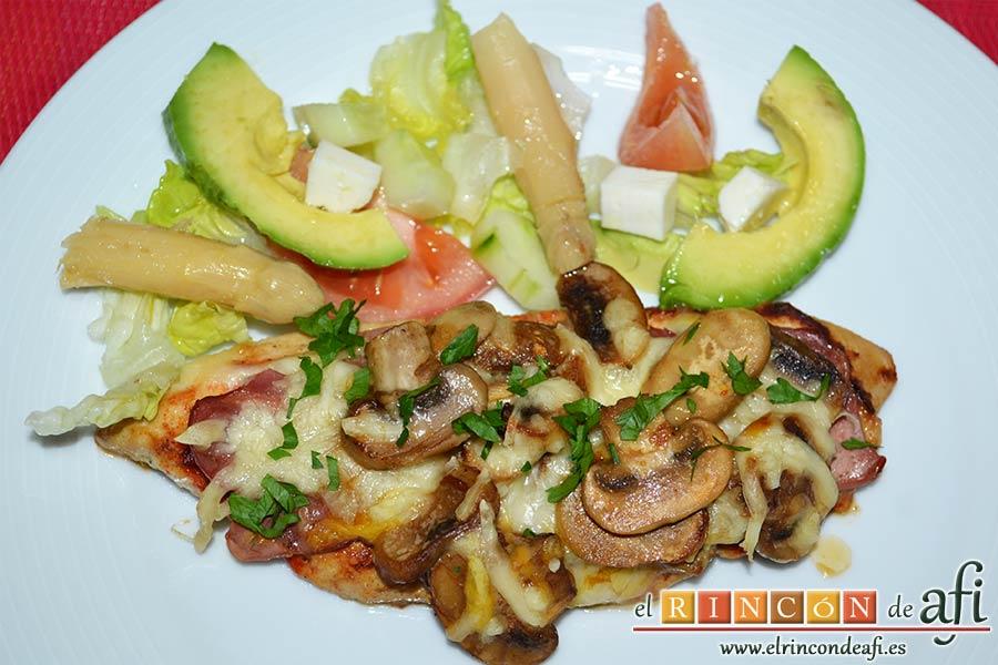Pechugas de pollo a la mostaza y miel gratinadas con bacon, champiñones y queso, sugerencia de presentación
