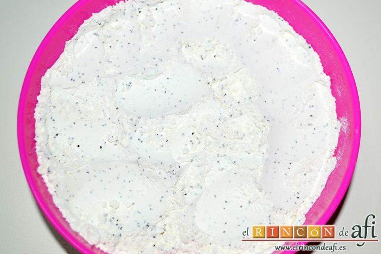 Bizcocho de queso crema con semillas de amapola, mezclar bien
