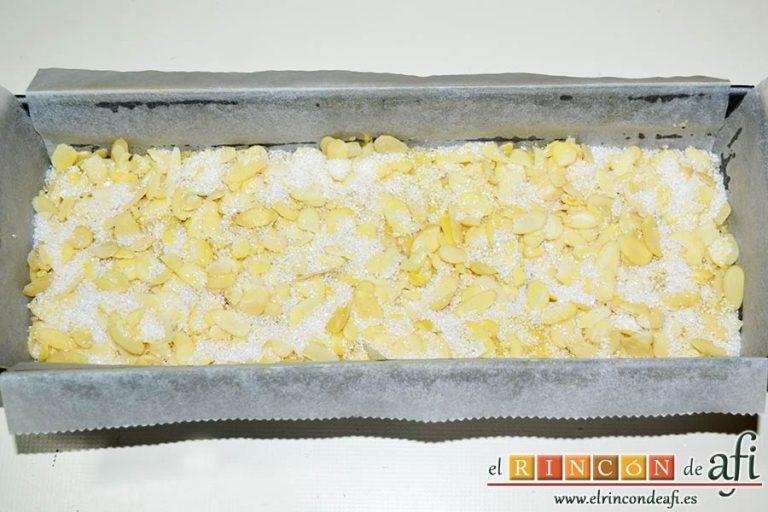 Bizcocho de queso crema con semillas de amapola, alisar la superficie y cubrir con almendras laminadas y azúcar blanquilla para hornear