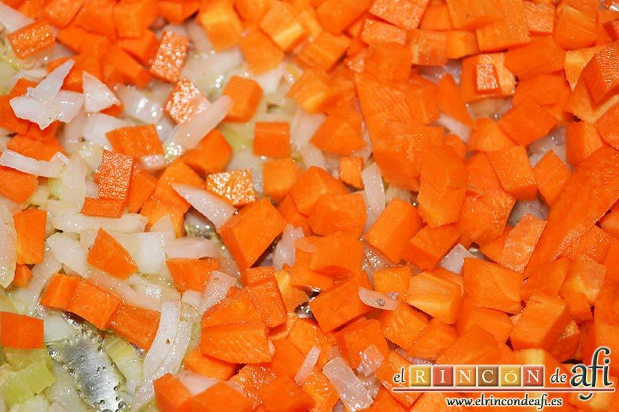 Cottage pie, cuando esté ligeramente transparente la cebolla añadimos la zanahoria y el apio troceados