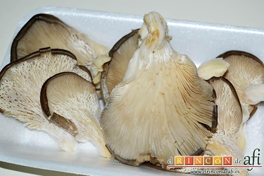 Pechugas de codornices marinadas con setas de cardo y mousse de pato, preparar las setas de cardo