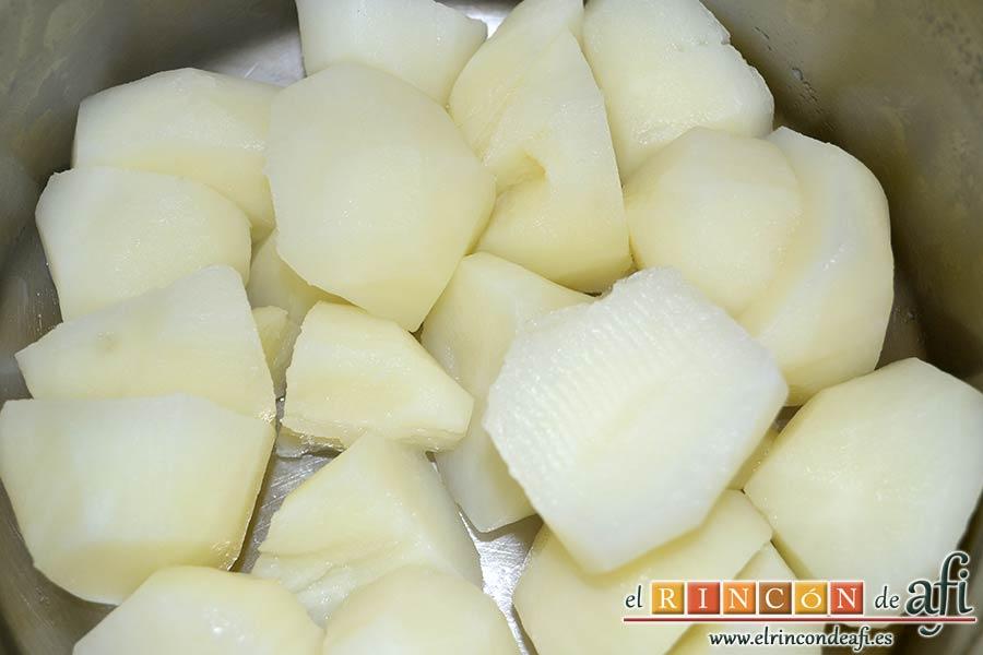 Pulpo con papas chafadas, sancochar las papas en aguas con sal y escurrir bien