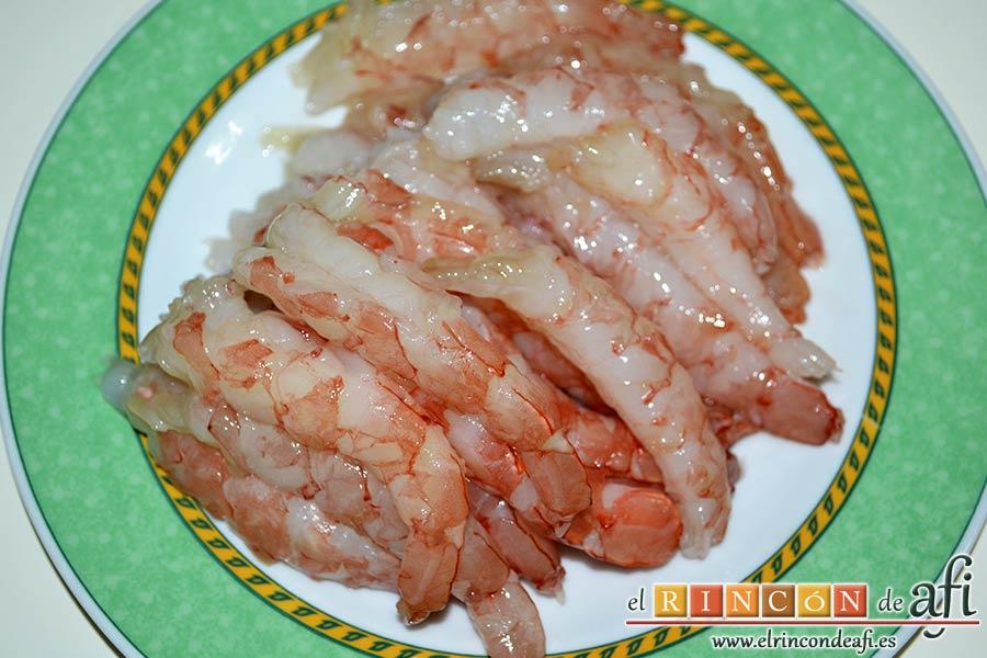 Bacalao en salsa de azafrán y gambones, reservar los gambones limpios