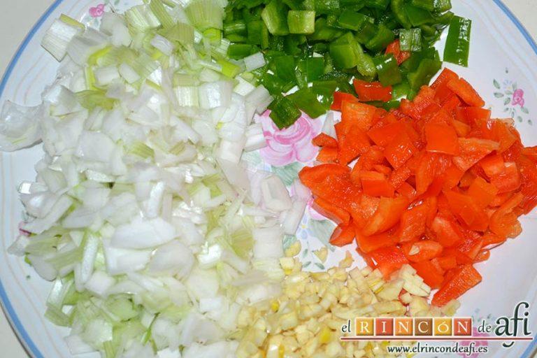 Bacalao en salsa de azafrán y gambones, trocear las cebolletas, los pimientos y los dientes de ajo