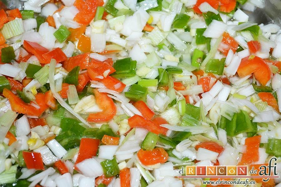 Bacalao en salsa de azafrán y gambones, ponerlos a sofreír en un caldero con un chorro de aceite de oliva