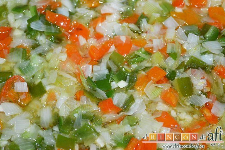 Bacalao en salsa de azafrán y gambones, vigilar que la cebolleta se ponga transparente