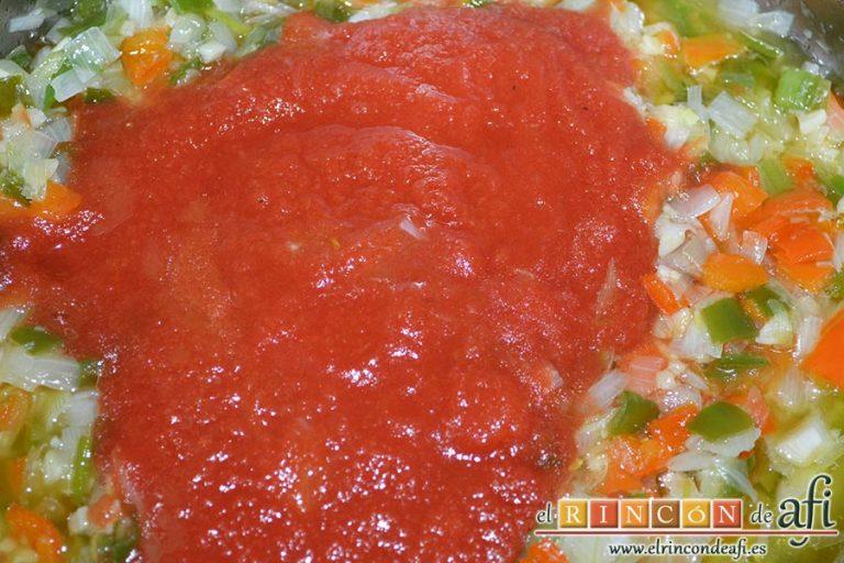 Bacalao en salsa de azafrán y gambones, añadir el tomate triturado