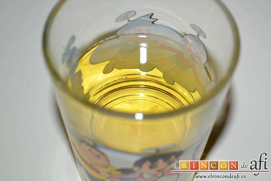 Bacalao en salsa de azafrán y gambones, preparar el vino blanco