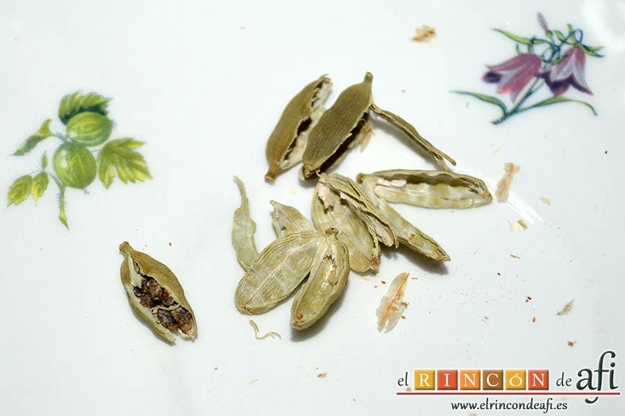 Bollos de Santa Lucía, extraer las semillas con un cuchillo