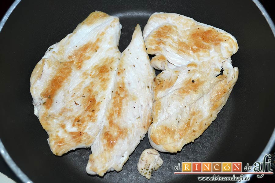 Burritos de pollo con queso, dorar en otra sartén sin aceite las pechugas de pollo salpimentadas