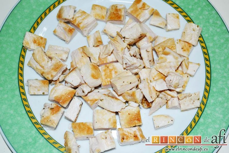 Burritos de pollo con queso, trocear las pechugas en daditos