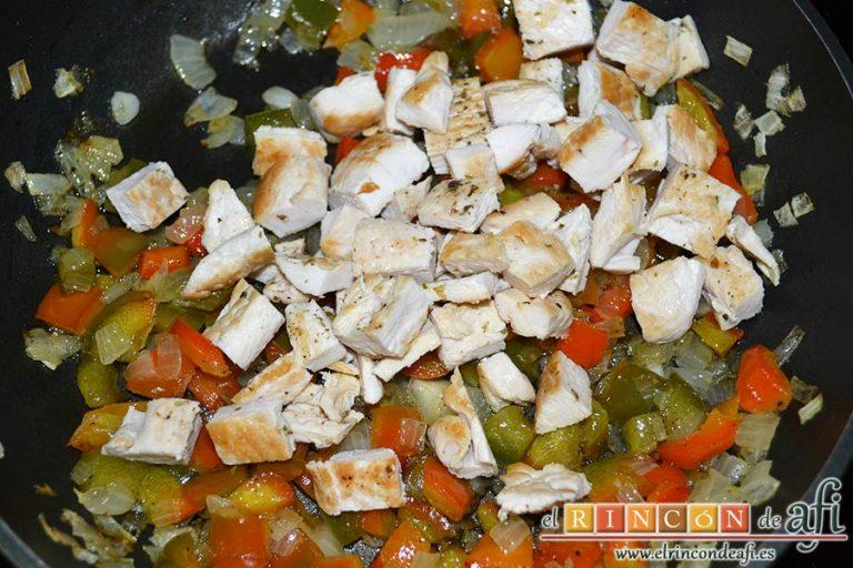 Burritos de pollo con queso, añadirlas al sofrito