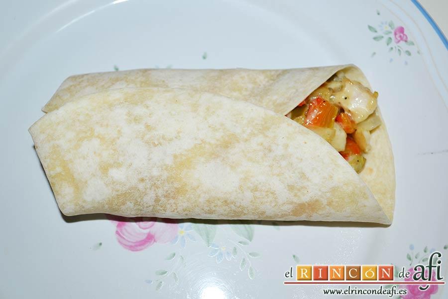Burritos de pollo con queso, cerrar las tortillas