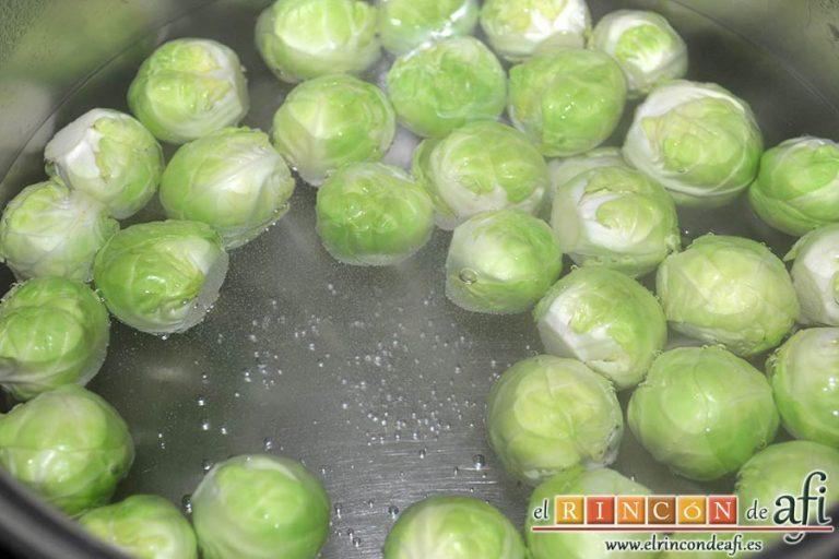 Coles de Bruselas gratinadas, ponerlas a hervir en agua con sal