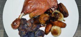 Confit de pato con cebollitas francesas, manzanas, pasas y piñones caramelizados y papas chips azules