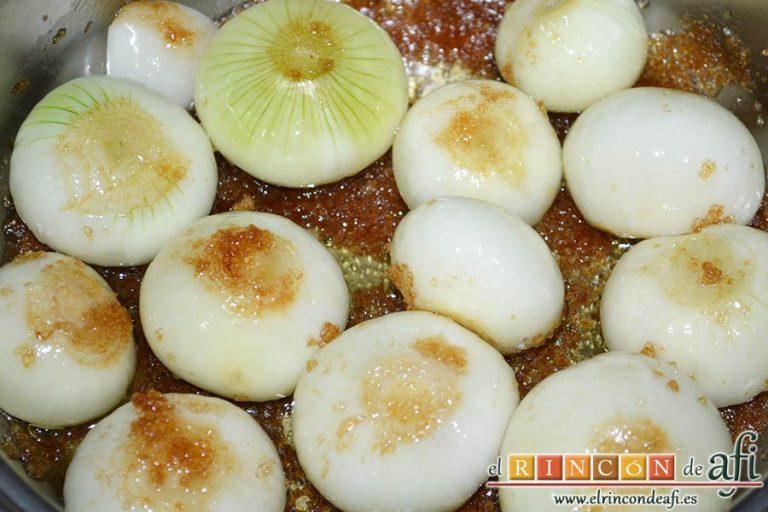 Confit de pato con cebollitas francesas, manzanas, pasas y piñones caramelizados y papas azules chips, añadir el aceite de oliva y azúcar moreno